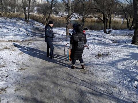 Волонтеры и спасатели г. Каменское говорили с гражданами о поведении на зимних водоемах Днепродзержинск
