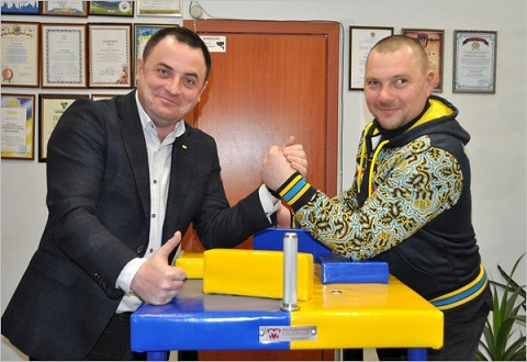 Армлестлеру Д. Сороке из Каменского профсоюз «Металлургов» подарил стол для борьбы на руках Днепродзержинск