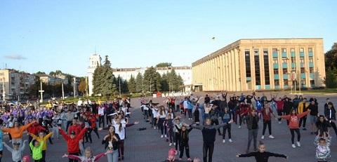 На главной площади г. Каменское провели спортивную зарядку для молодежи Днепродзержинск