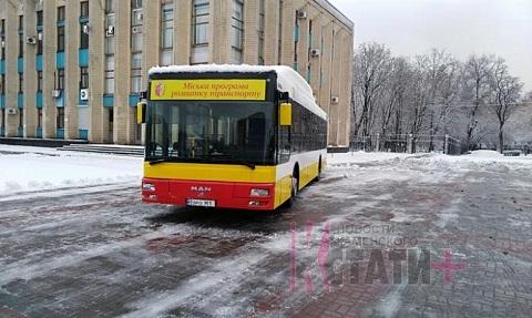 Новые автобусы презентовали на главной площади Каменского Днепродзержинск