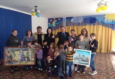 Школам Каменского подарили картины местной художницы А. Михальчук Днепродзержинск