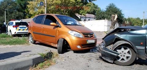 На перекрёстке в Каменском столкнулись два легковых авто Днепродзержинск