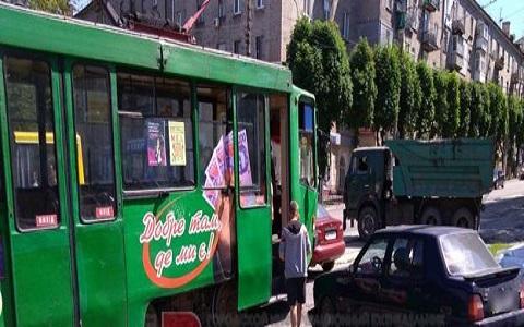 В Каменском легковое авто пыталось атаковать трамвай Днепродзержинск