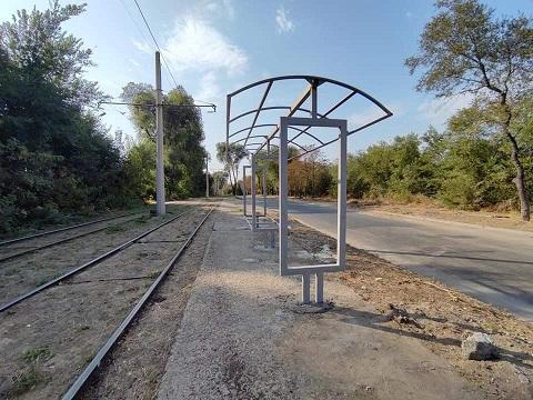 В Каменском проводят замену старых трамвайных остановок на новые комплексы Днепродзержинск