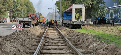 На аварийном участке в Каменском ремонтируют трамвайные пути Днепродзержинск