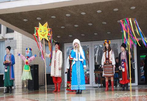 Дождь и снег не помешали жителям Каменского отпраздновать Масленицу Днепродзержинск