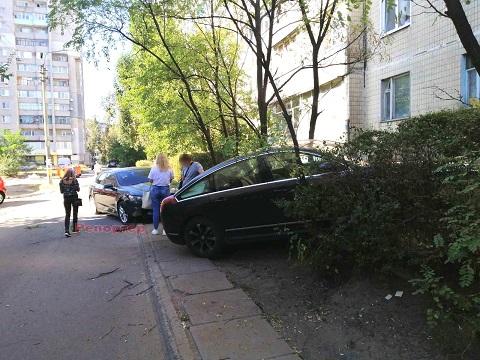 В Каменском во дворе дома случилось ДТП Днепродзержинск