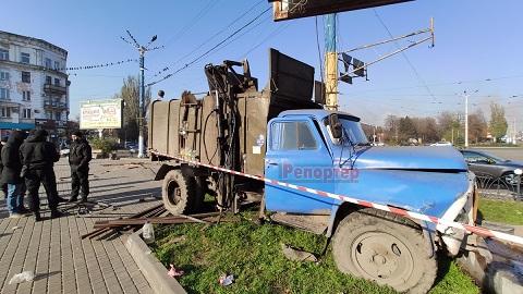 В центре г. Каменское мусоровоз зацепил ребенка Днепродзержинск