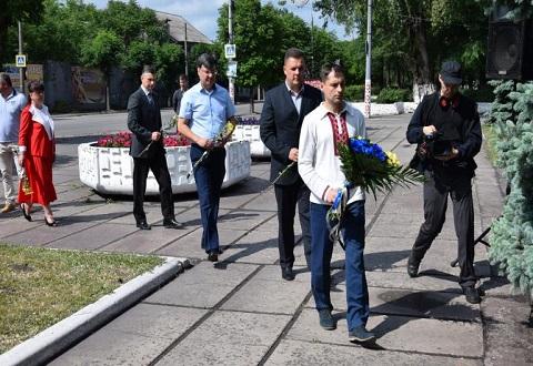 В Каменском возложили цветы у мемориального знака жертвам репрессий Днепродзержинск