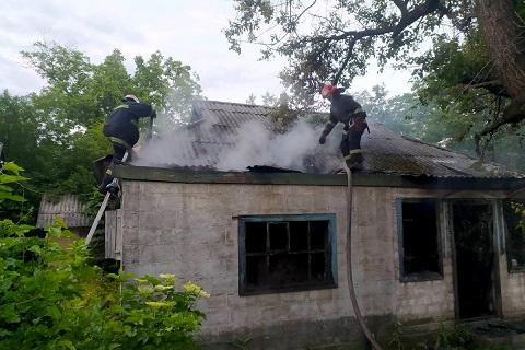 В Каменском районе спасатели ликвидировали пожар в двух частных домах Днепродзержинск