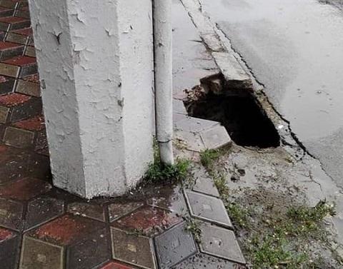 В Каменском женщина получила ушибы в результате провала в тротуаре Днепродзержинск