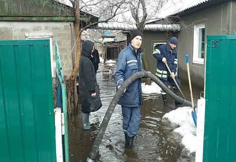 На Весенней улице Каменского частные дома спасали от подтопления Днепродзержинск