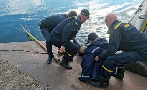 В Каменском рыбак упал в воду с причала Днепродзержинск