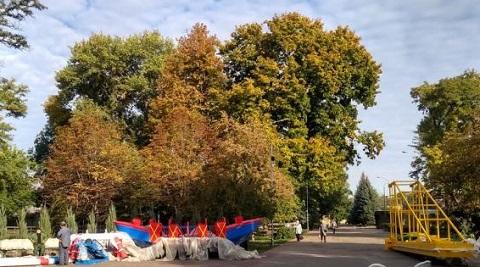 В ЦПКО г. Каменское устанавливают аттракционы Днепродзержинск