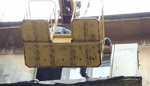 В Каменском проводили демонтажные работы ограждений на аварийных балконах  Днепродзержинск