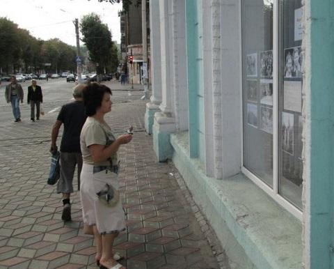 Выставка редких фото появилась в окнах библиотеки г. Каменское Днепродзержинск