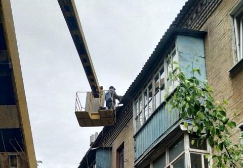 На крышах домов Соцгорода в Каменском проводят ремонтные работы Днепродзержинск