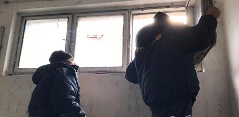 УКОЖФ г. Каменское восстанавливает входные группы и оконные рамы в подъездах Днепродзержинск