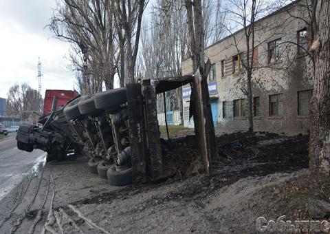 Грузовой автомобиль сэкскрементами перекинулся на сооружение МВД