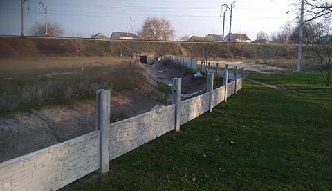 В Каменском не устоял перед местными жителями забор в Романково Днепродзержинск