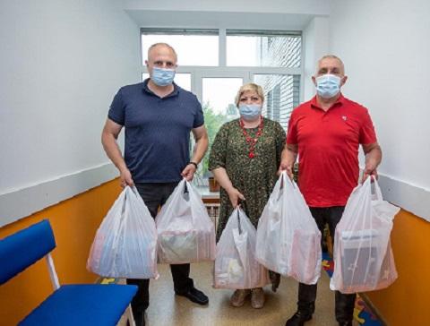 Представители политической партии г. Каменское передали детскую горбольницу комплекты белья Днепродзержинск