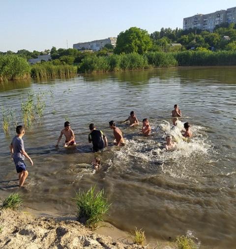 В районе БАМа г. Каменское молодёжь борется с жарой Днепродзержинск