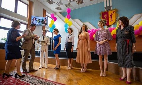 Лучшим выпускникам школ Каменского вручили медали Днепродзержинск