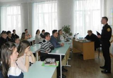 Для старшеклассников СОШ № 19 спасатели Каменского провели занятие-лекцию Днепродзержинск