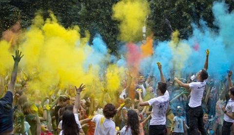 День Конституции в г. Каменское отметили праздником красок Днепродзержинск