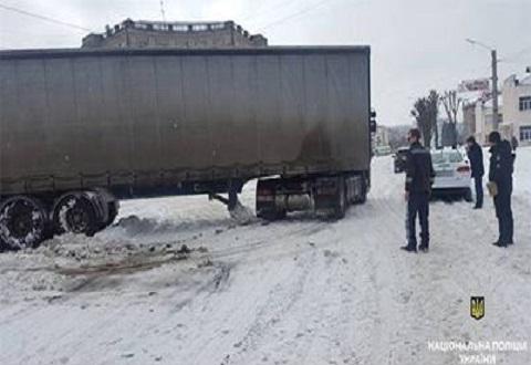 Правоохранители Каменского оказывают помощь водителям на заснеженных дорогах Днепродзержинск