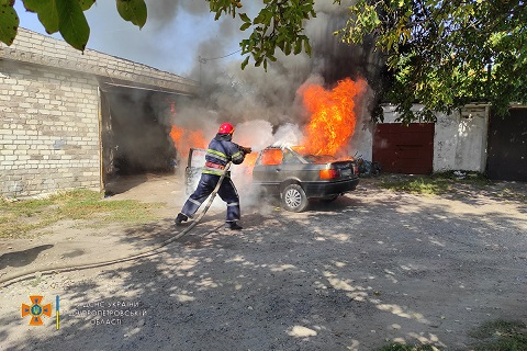 В Каменском районе спасатели потушили автомобиль Днепродзержинск