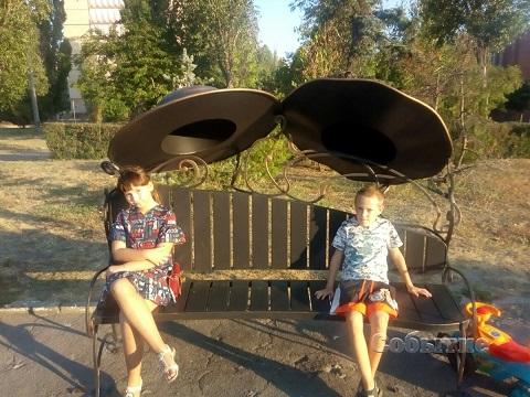 На Левобережье города Каменское в сквере появились новые лавочки Днепродзержинск