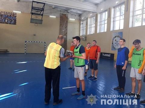 Футбольную встречу провели школьники и полицейские Каменского Днепродзержинск