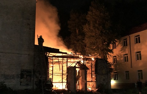 В г. Каменское огонь уничтожил заброшенное здание Днепродзержинск