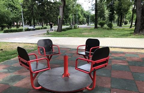 На территории нового сквера в Каменском повреждены элементы детской площадки Днепродзержинск