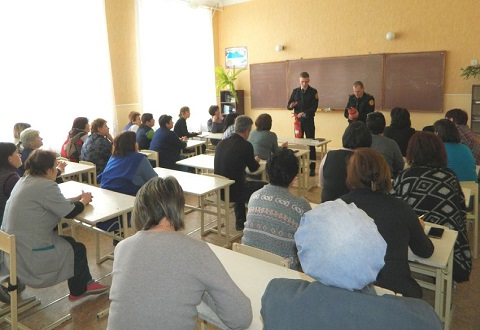 В СОШ № 19 г.Каменское спасатели провели занятие с работниками учебного заведения Днепродзержинск