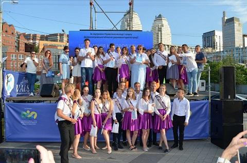 Выпускной вальс школьников г. Каменское назвали самым сказочным Днепродзержинск