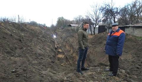 В Каменском на аварийном участке меняют участок канализационного коллектора Днепродзержинск