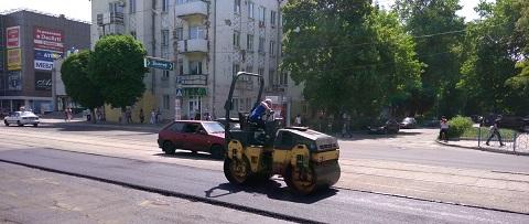 Возле горсовета в Каменском проводят текущий ремонт дороги Днепродзержинск