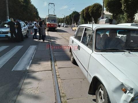 Трамваи в г. Каменское были остановлены в результате ДТП Днепродзержинск