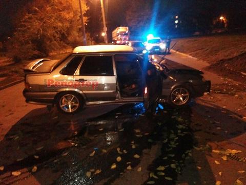 В воскресенье в Каменском ВАЗ-2115 врезался в дерево Днепродзержинск