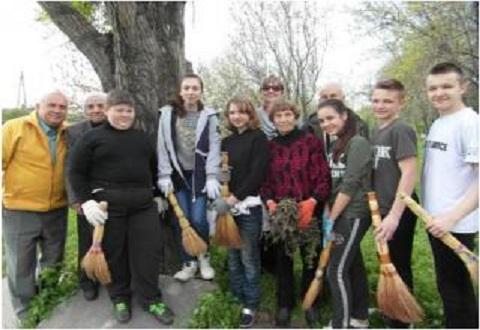 Каменские школьники провели субботник вместе с ветеранами Днепродзержинск