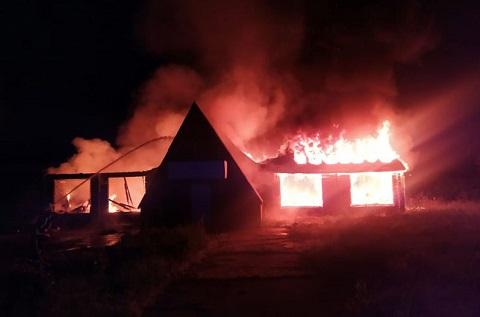 В Каменском сгорела постройка заброшенного кафе Днепродзержинск