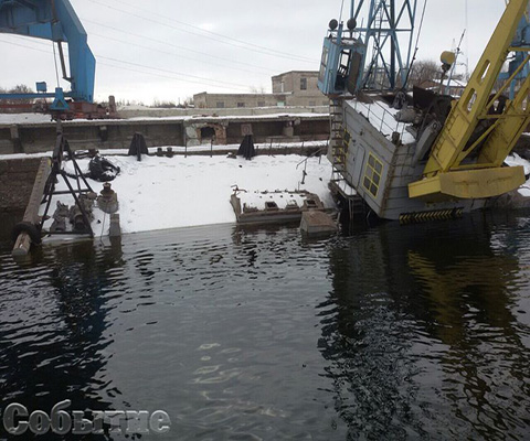 В Каменском в акватории Днепра накренилась конструкция крана на барже Днепродзержинск