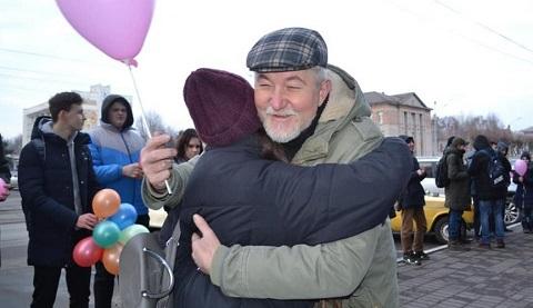 Каменская молодежь предложила горожанам объятия Днепродзержинск