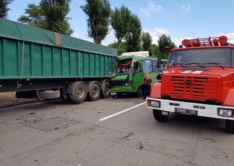 В Каменском маршрутный автобус врезался в грузовик Днепродзержинск