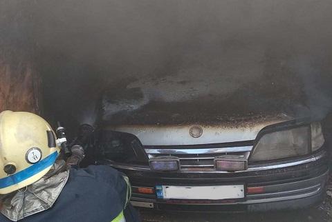 В гараже г. Каменское горел автомобиль Днепродзержинск