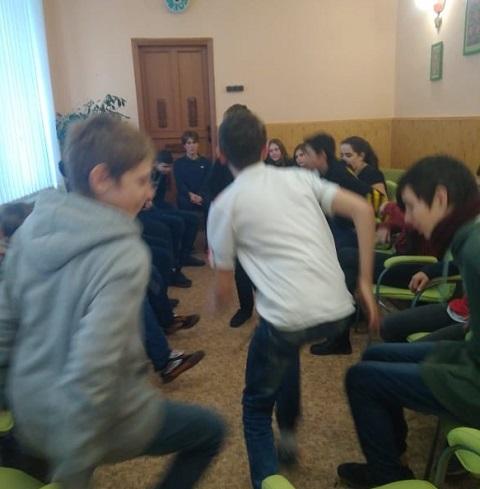 В библиотеке г. Каменское психолог провел первое общение с подростками Днепродзержинск