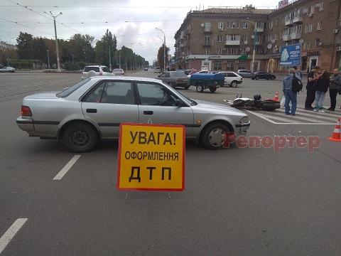 Водитель мотоцикла госпитализирован после столкновения с автомобилем на перекрестке в г. Каменское Днепродзержинск