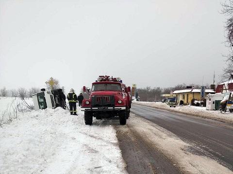Спасатели г. Каменское поставили на колеса перевернувшийся микроавтобус Днепродзержинск
